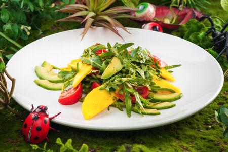 Салат с манго и авокадо