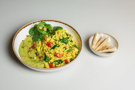 Тофу-скрэмбл с песто-хумусом и питой
