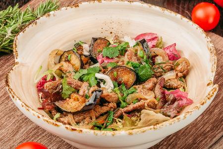 Салат теплый с говядиной и баклажанами