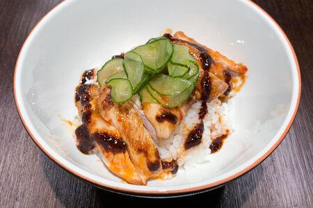 Курица мисо с кимчи огурцами и рисом