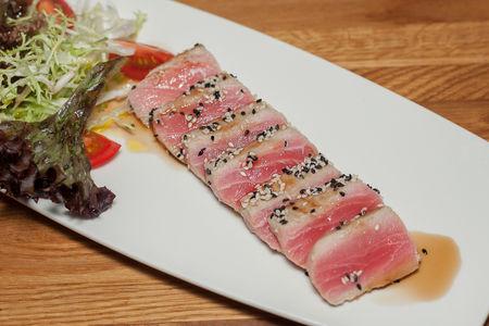 Стейк из тунца с листьями салатов