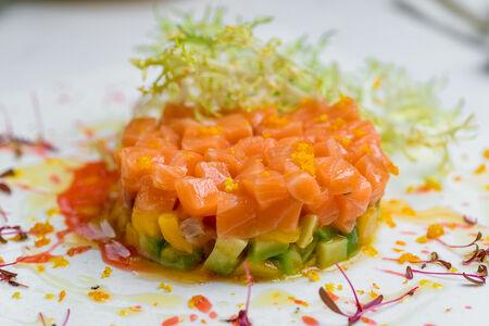 Тартар лосося с авокадо и манго