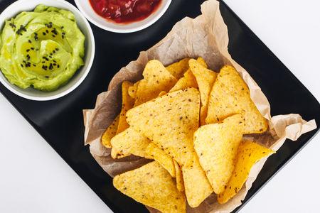 Гуакамоле с кукурузными чипсами начос