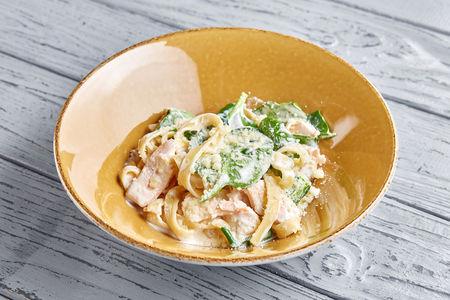 Тальятелле с лососем, молодым шпинатом и сливочным соусом