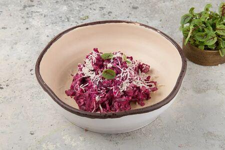 Салат со свеклой, телятиной и козьим сыром