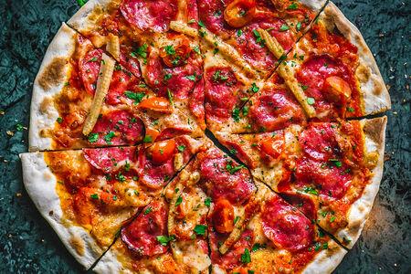 Пицца острая с колбасой