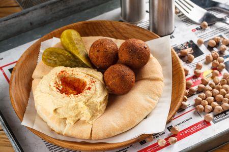 Хумус с фалафелем на пите