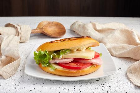 Сэндвич с ветчиной и сливочным сыром