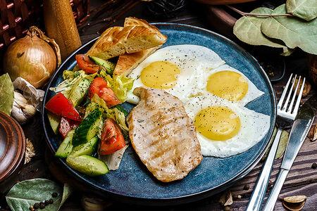 Фитнес завтрак с куриным филе на гриле с овощами