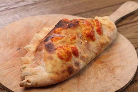 Пицца Кальцоне с лососем и шпинатом