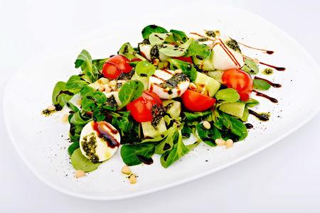 Овощной салат с моцареллой и песто