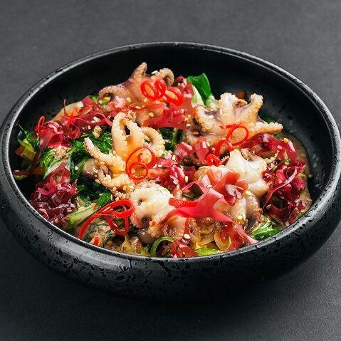 Салат с мариноваными осьминожками и ореховым соусом