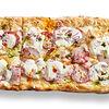 Фото к позиции меню Римская пицца с ветчиной и соусом Альфредо