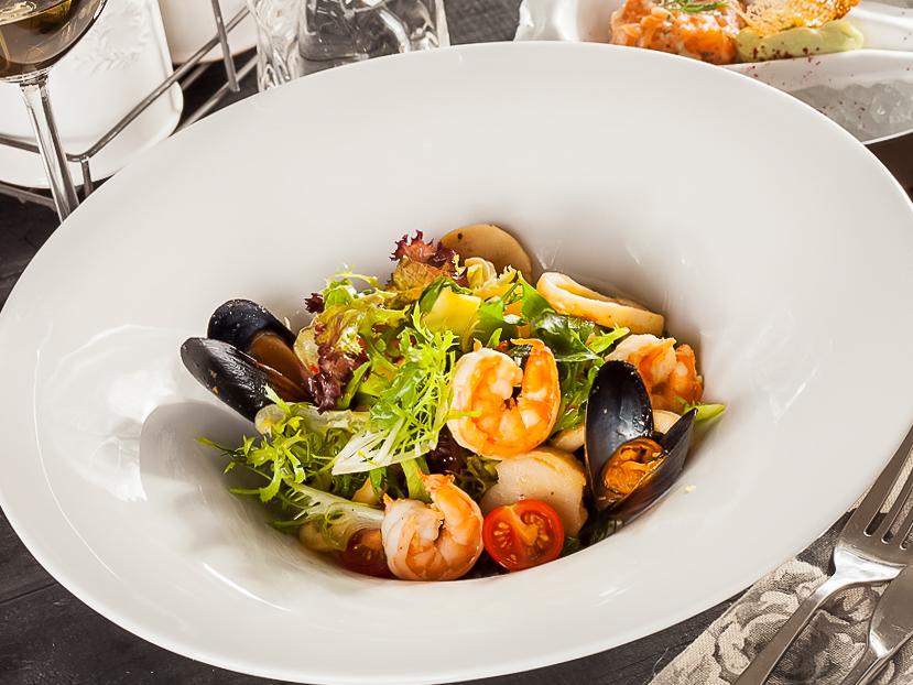 Салат из морепродуктов с соусом из маракуйи
