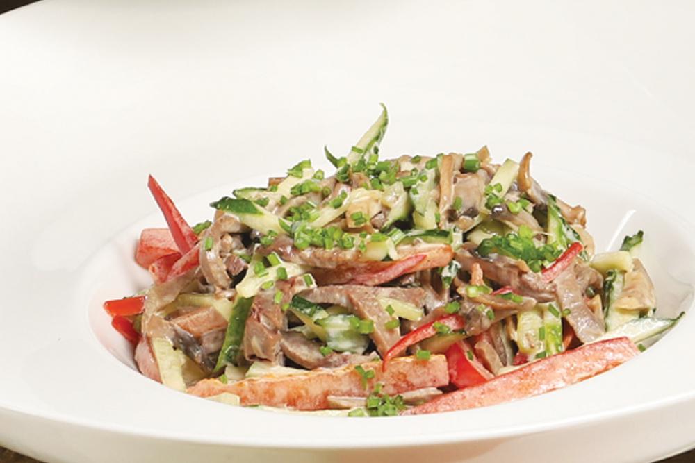 Салат из языка и сочных овощей