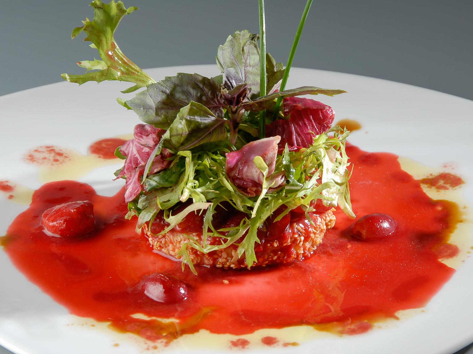 Салат с сыром камамбер