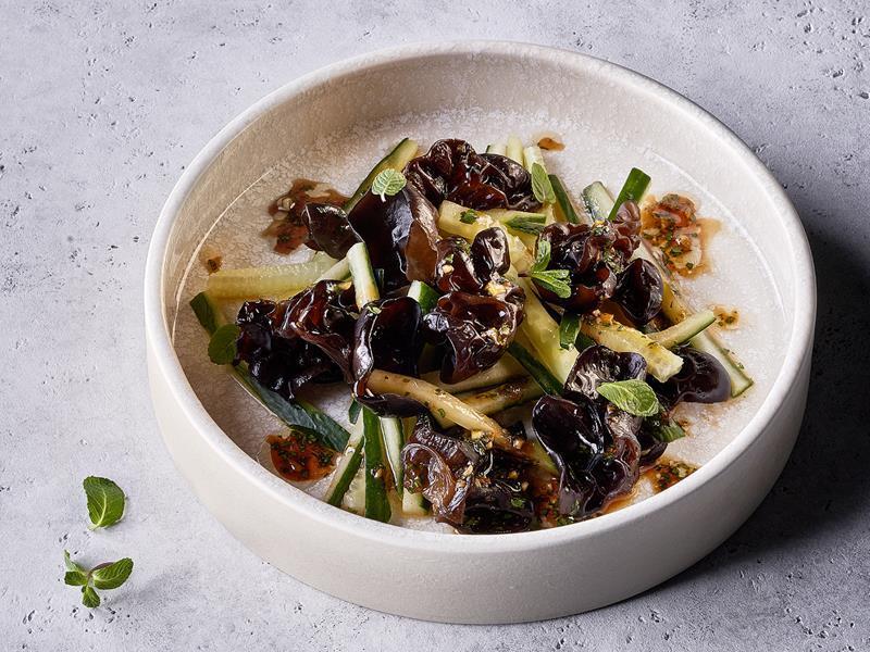 Салат из огурцов с древесными грибами