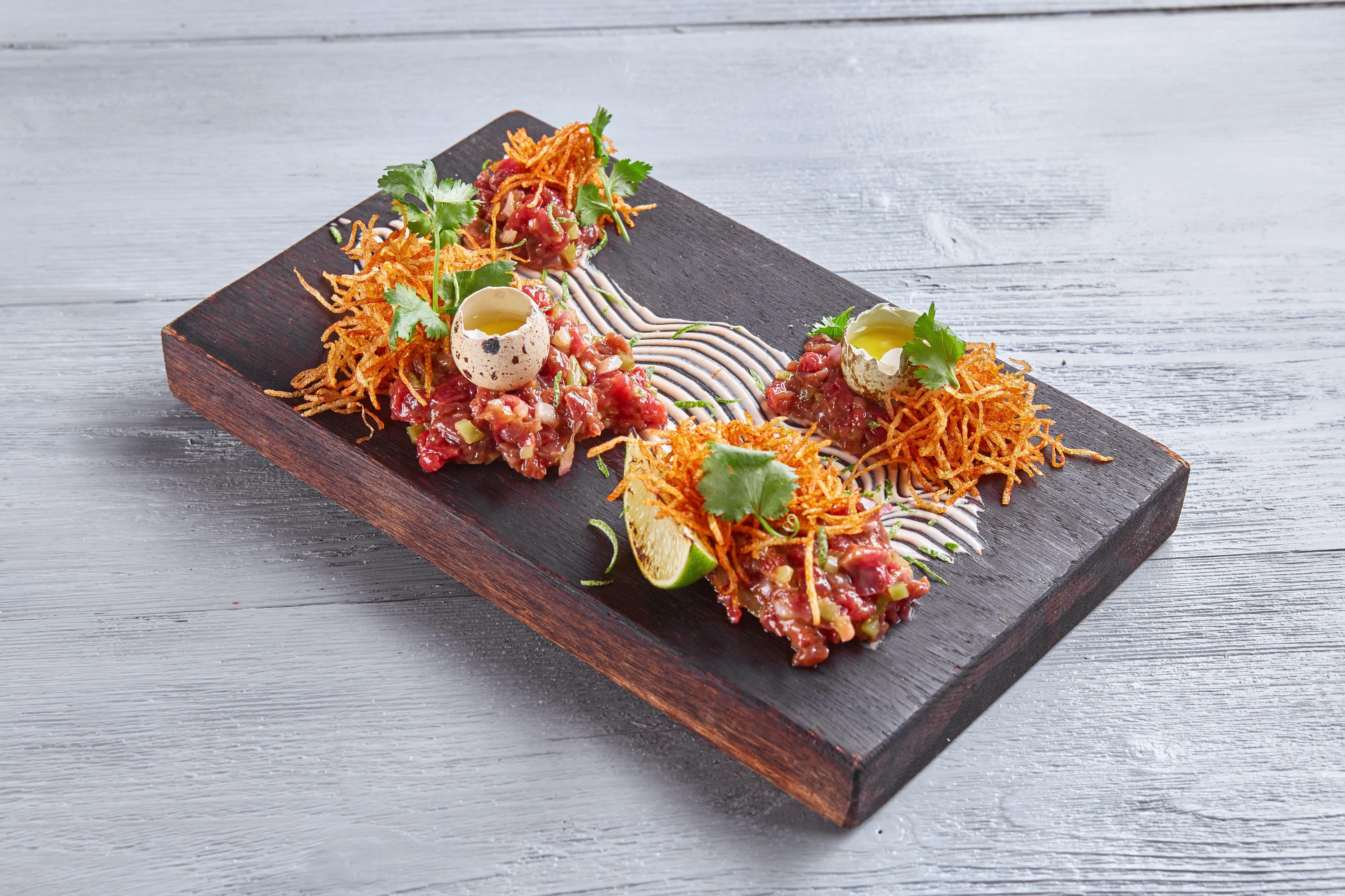 Тартар из говядины с спайси соусом и хрустящим картофелем