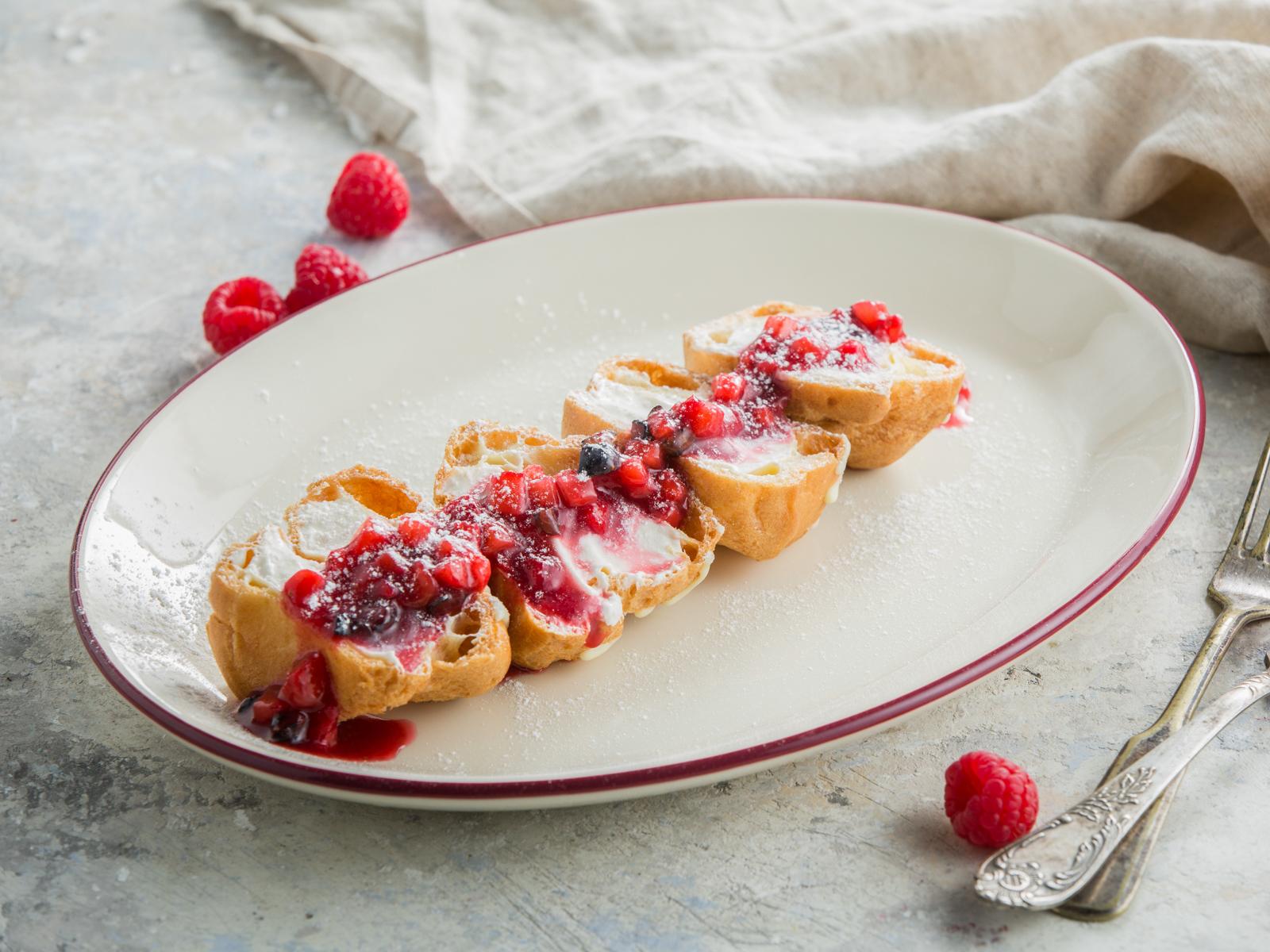 Профитроли с тартаром из свежих ягод