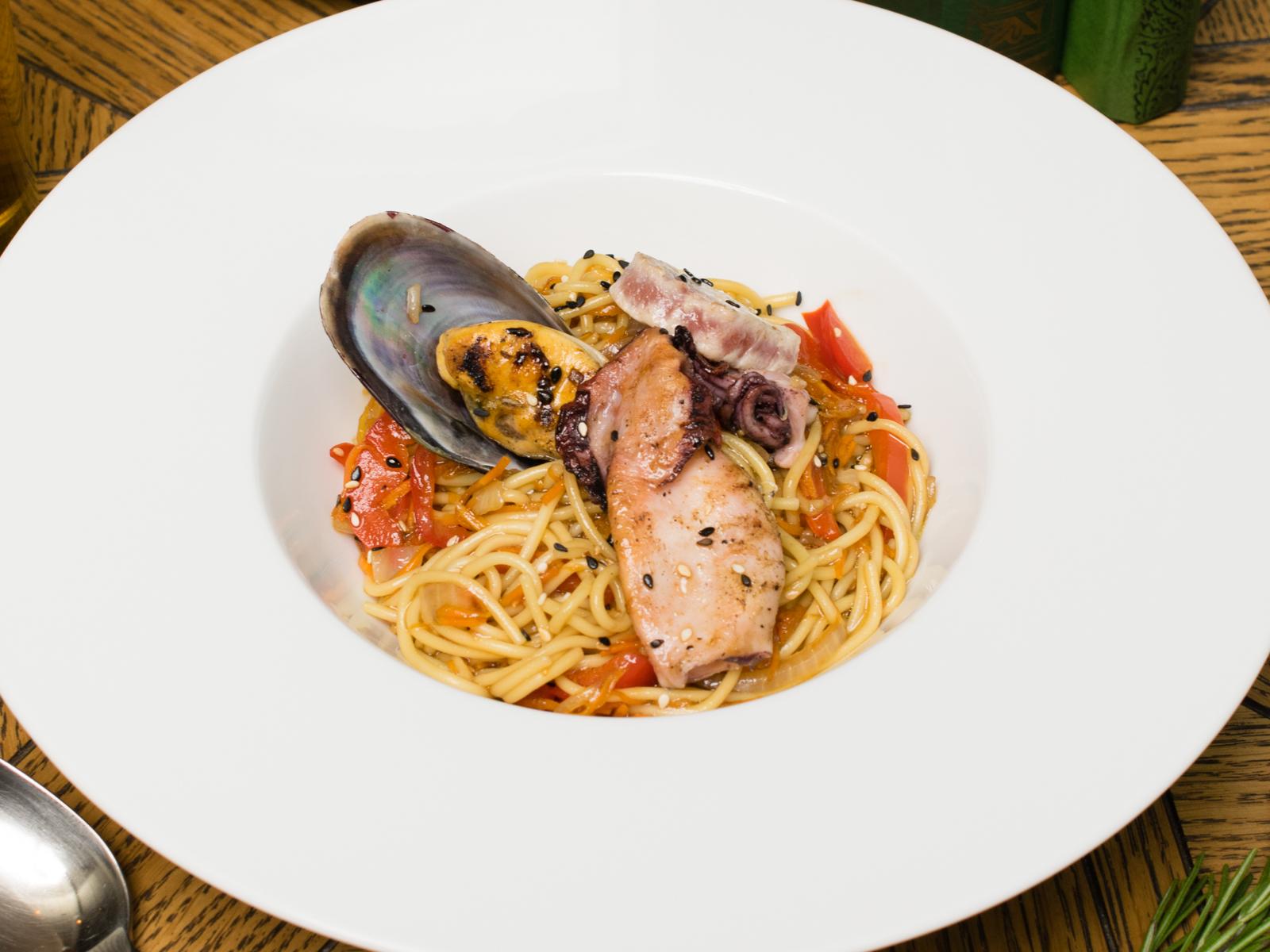 Лапша Вок с морепродуктами и терияки