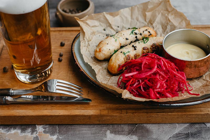 Колбаски из курицы с маринованной красной капустой