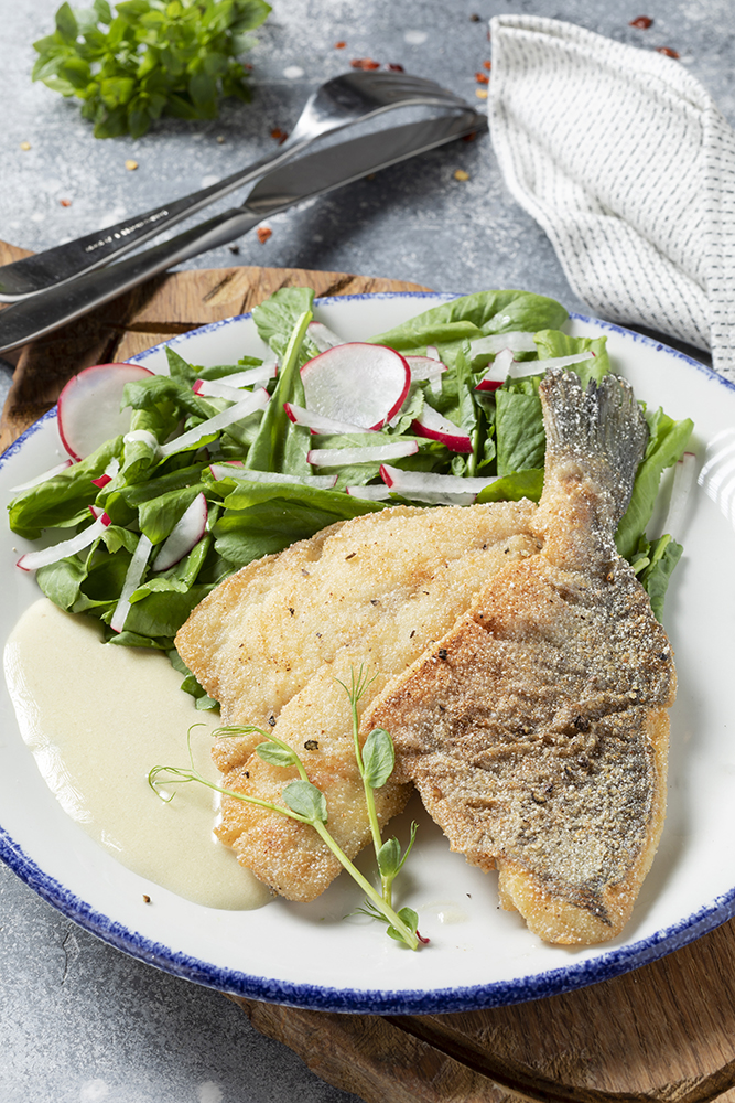 Филе дорада с кресс-салатом и редисом