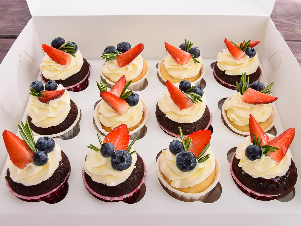 Набор капкейков XL из 12 штук с крем-чизом и свежими ягодами