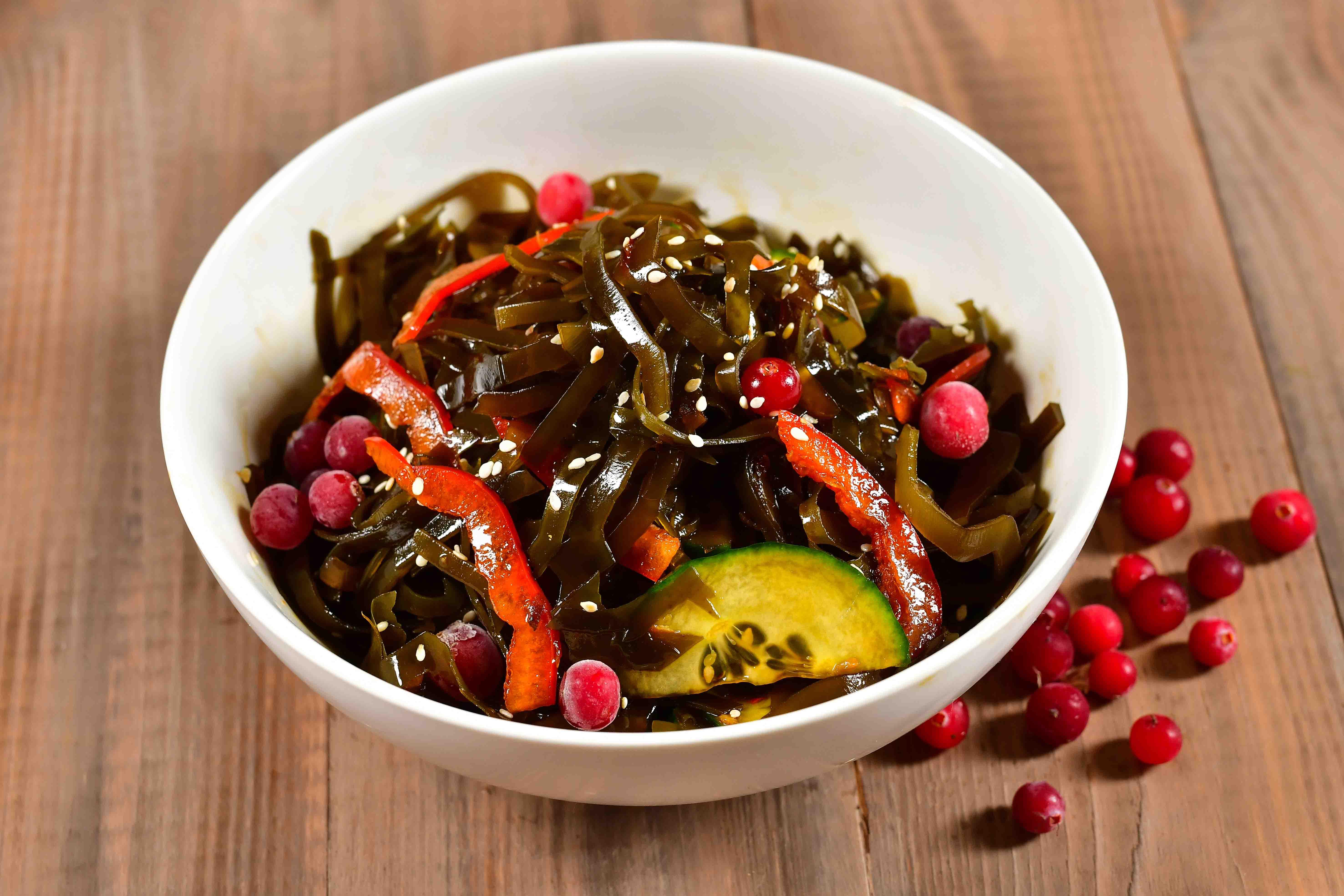 Салат из морских водорослей с тайским соусом