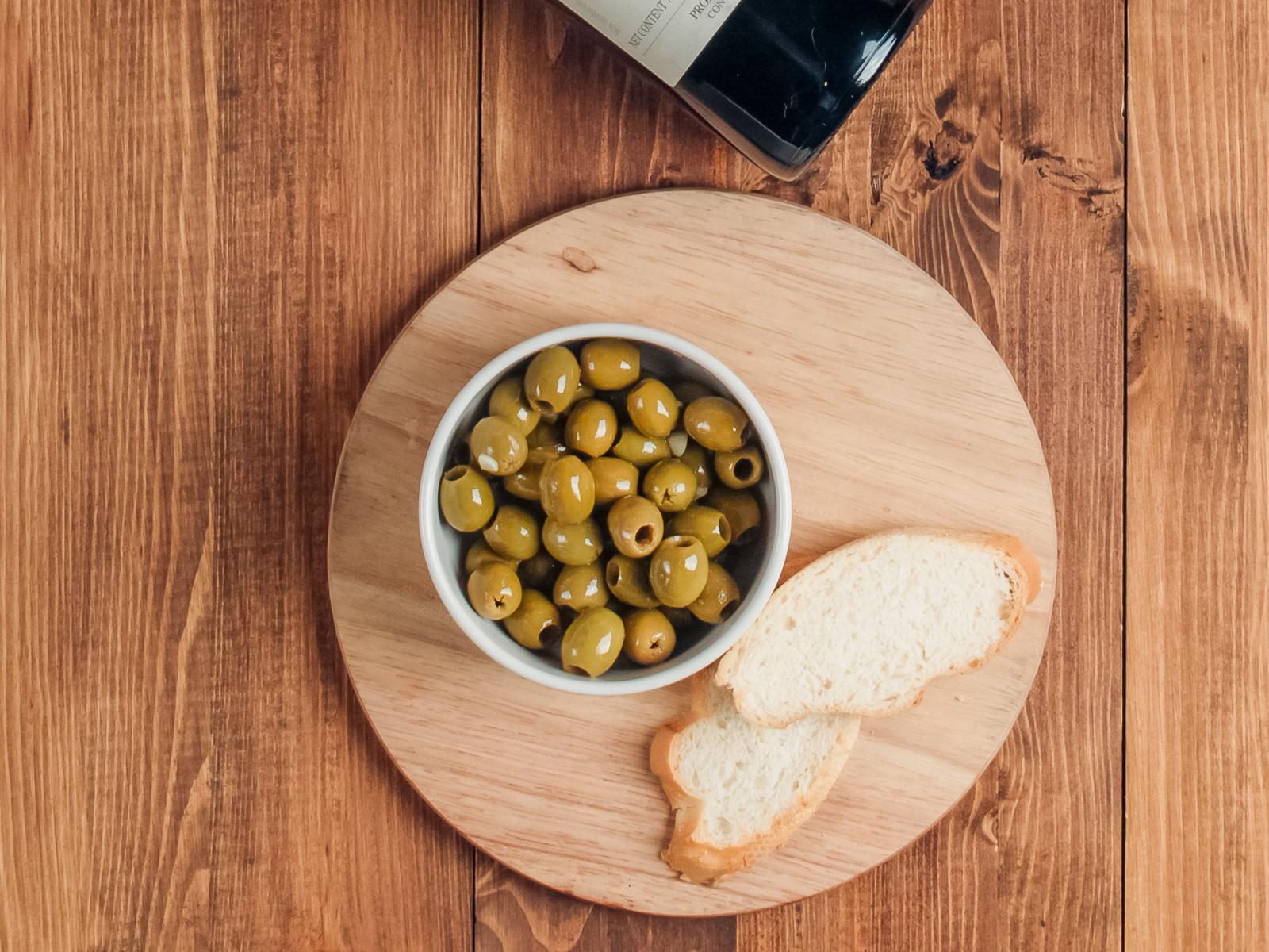 Оливки с чесноком и оливковым маслом