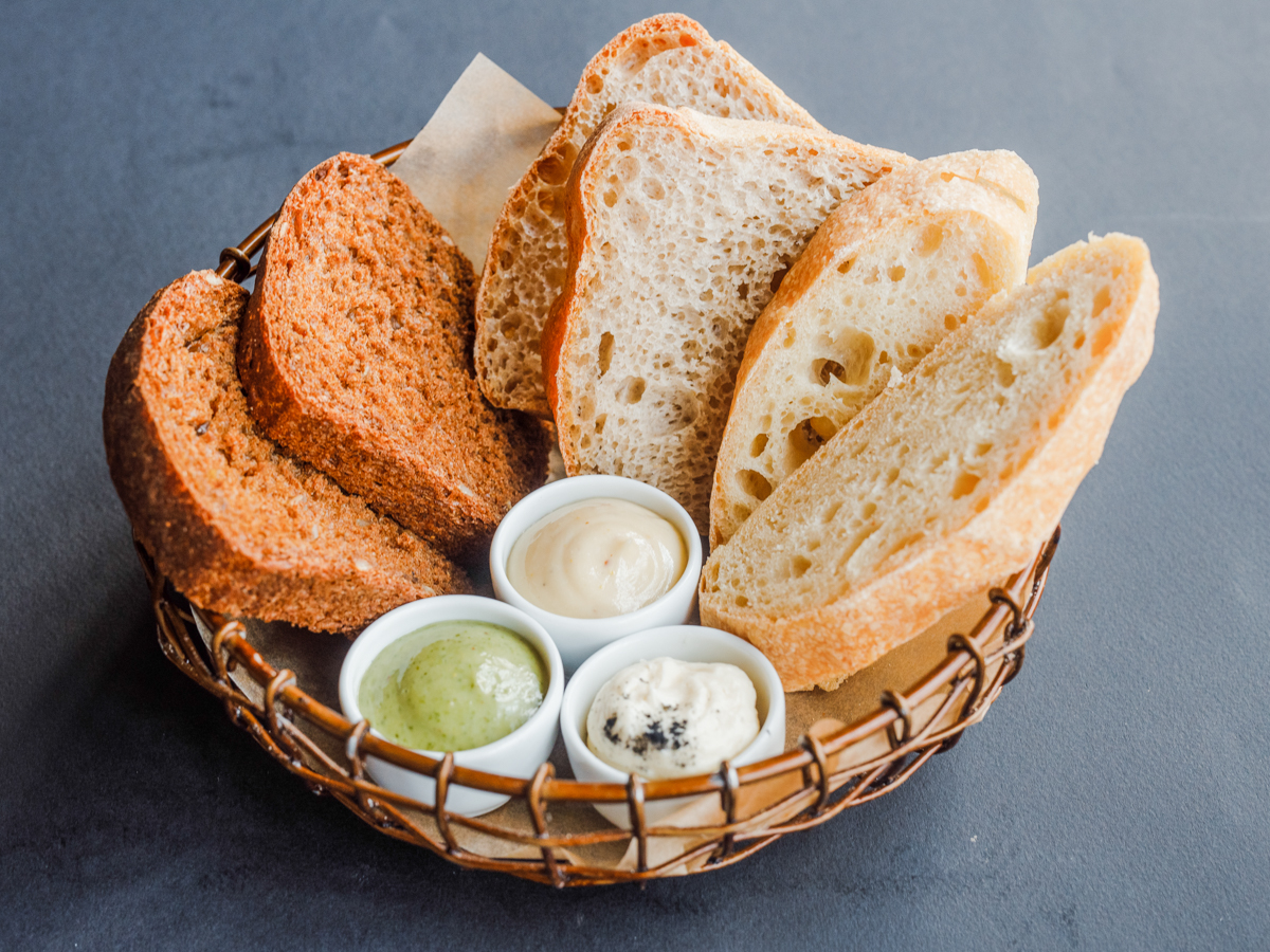 Хлебная корзина с фермерским маслом, соусом из желтка и укропным майонезом