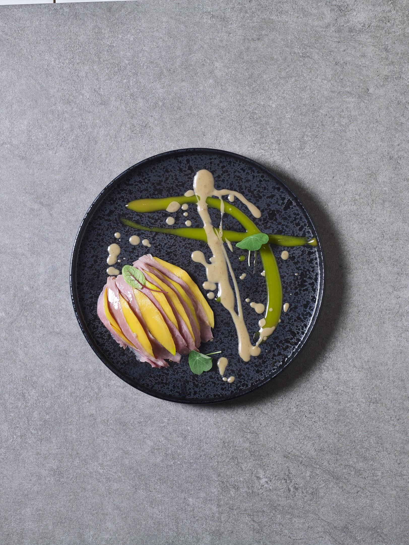Копченая утка с рисом, пармой и соусом манго