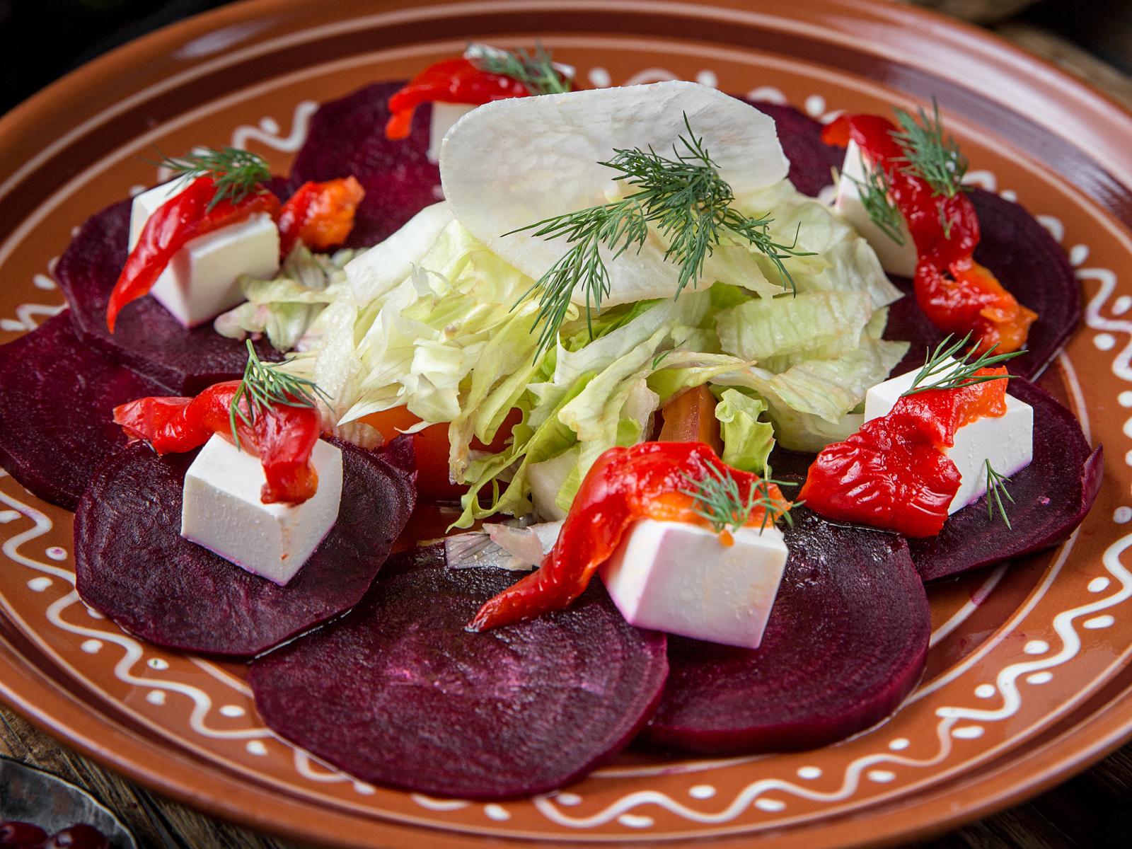 Салат из запеченной свеклы и свежих овощей