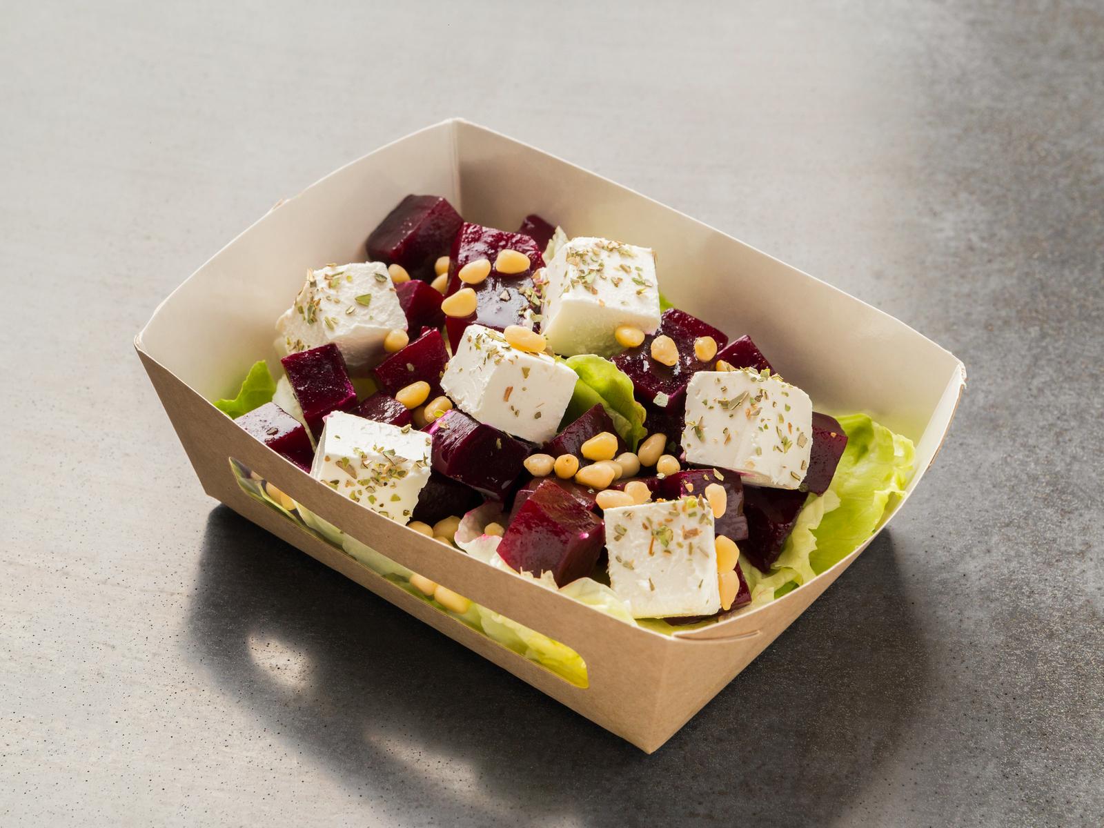 Салат с маринованной свеклой и сыром фета