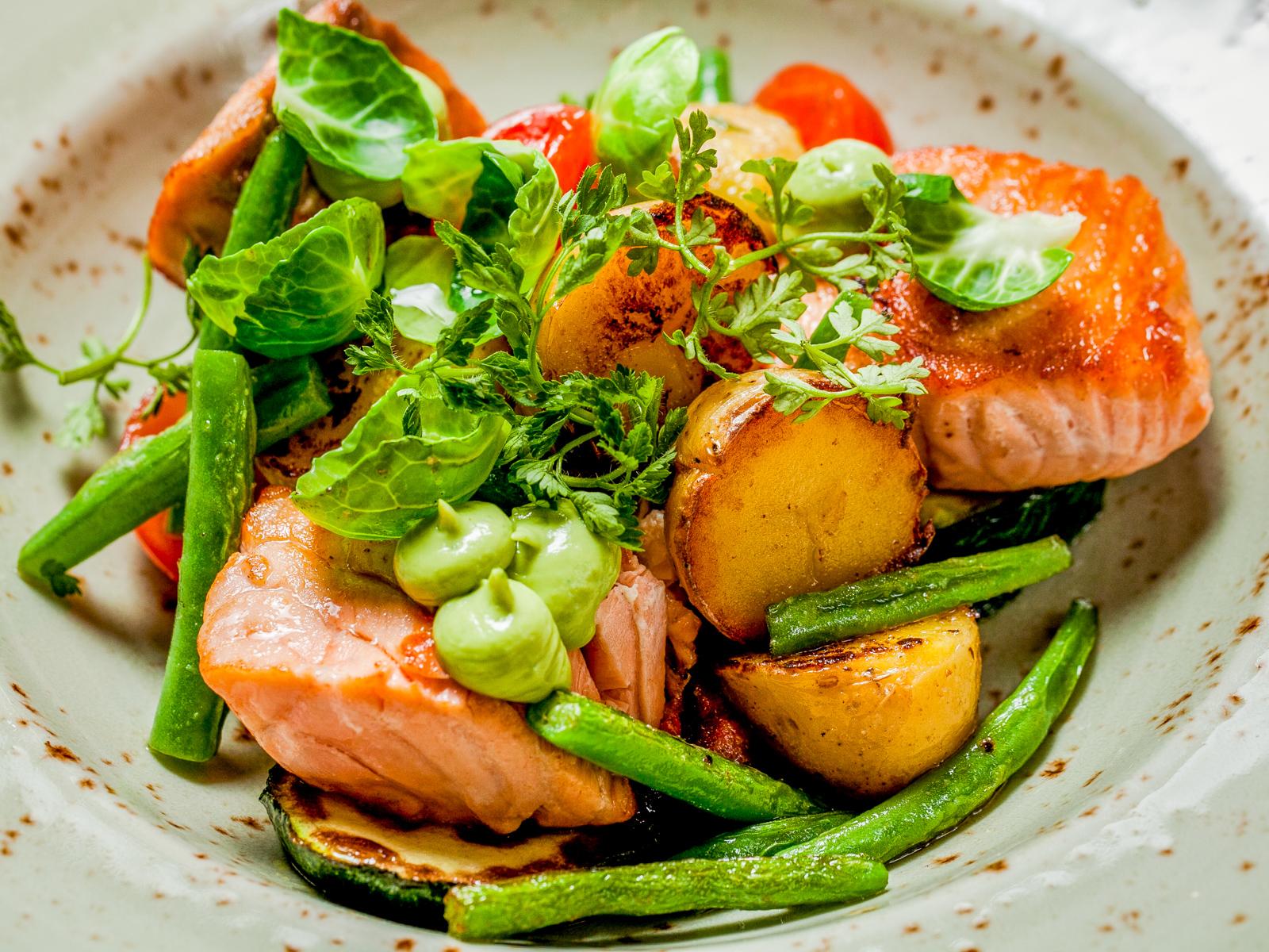 Нежный лосось с овощами гриль