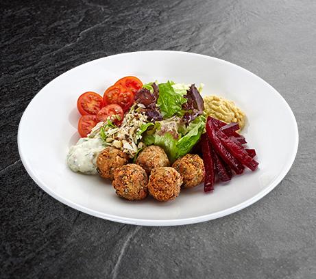 Салат с хумусом и фалафелем