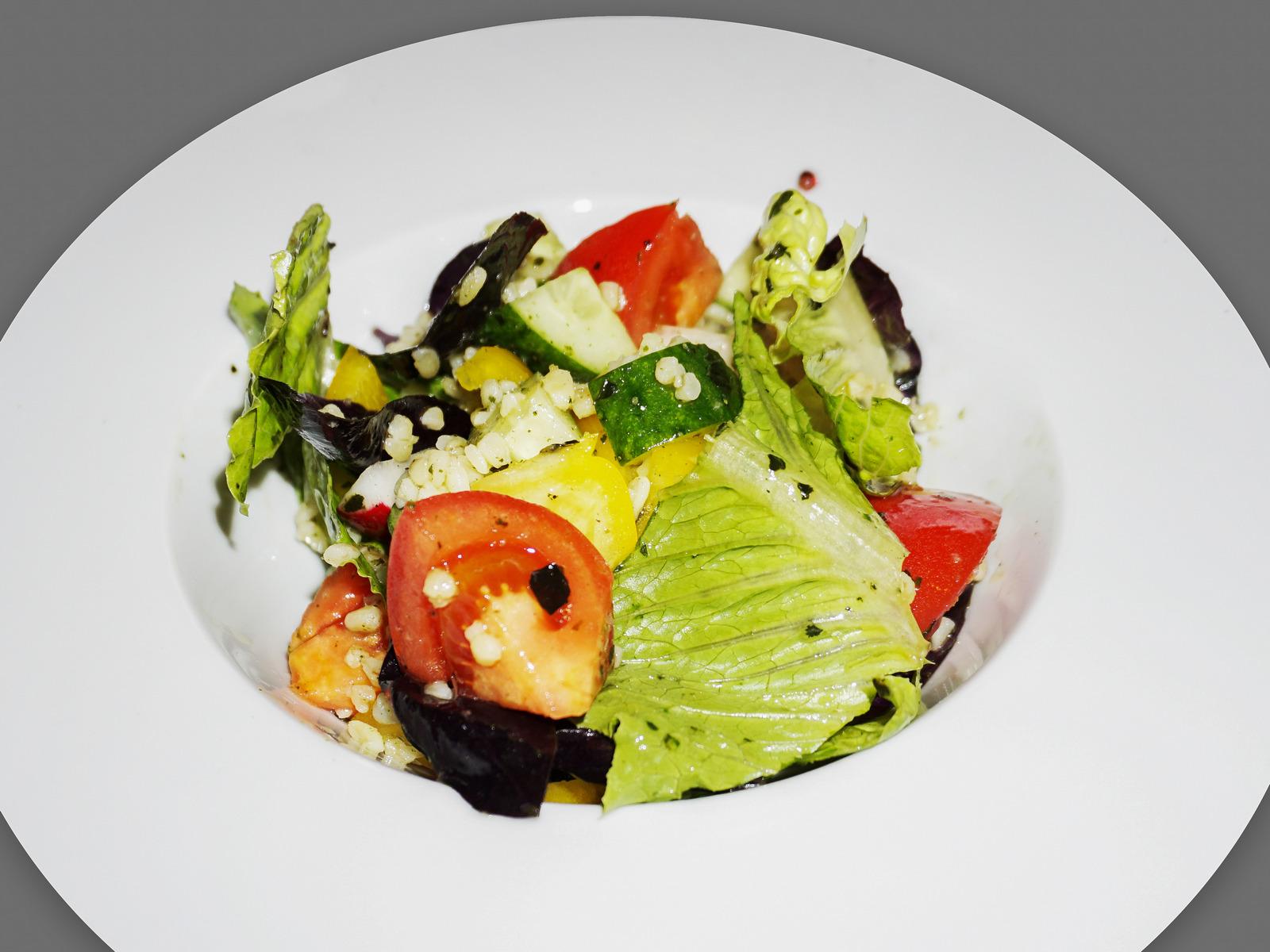Салат с булгуром и овощами