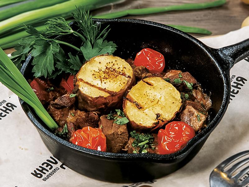 Баранина томленая в красном вине с овощами и печеным картофелем