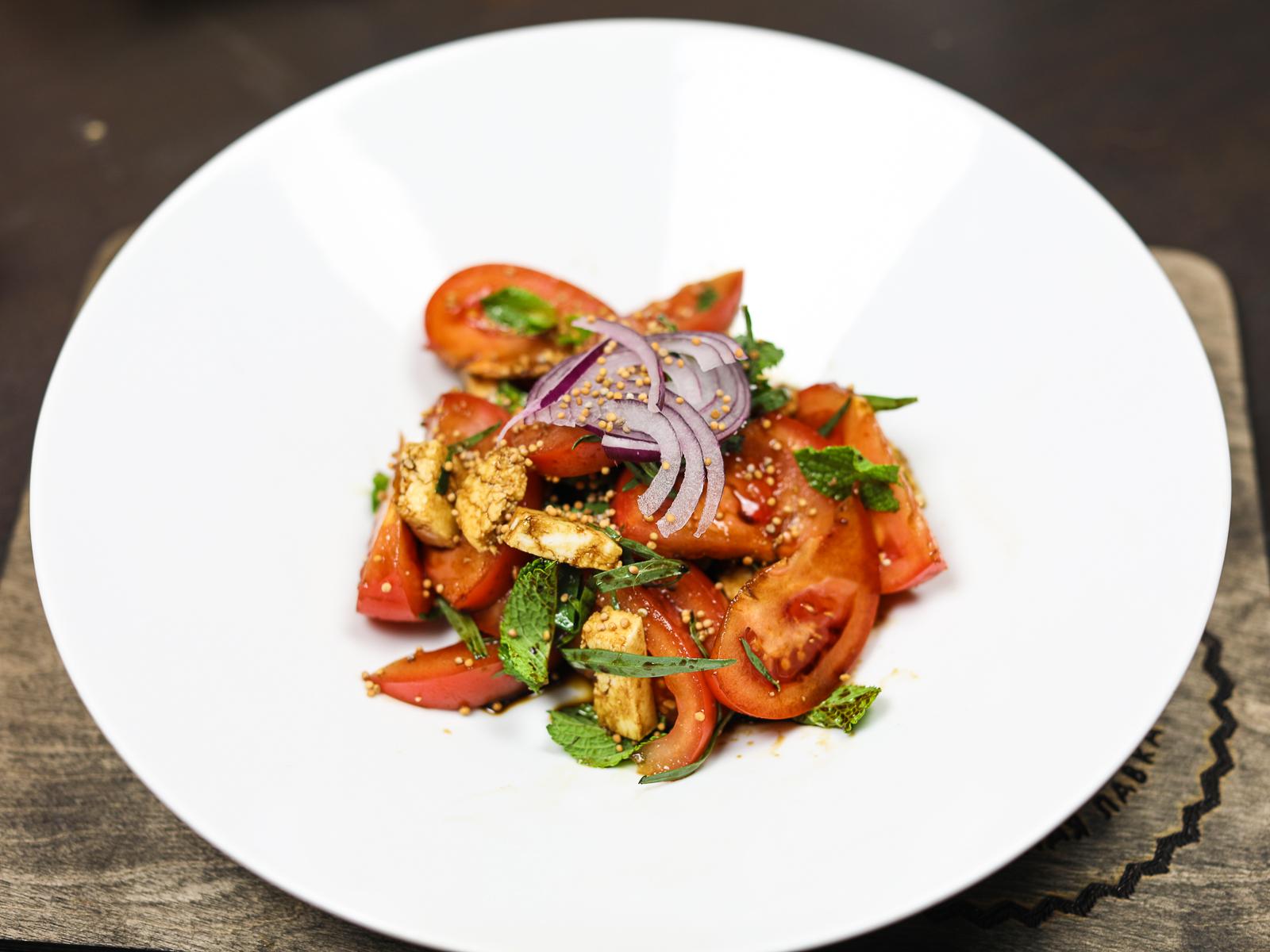 Салат с эстрагоном, помидорами и козьим сыром