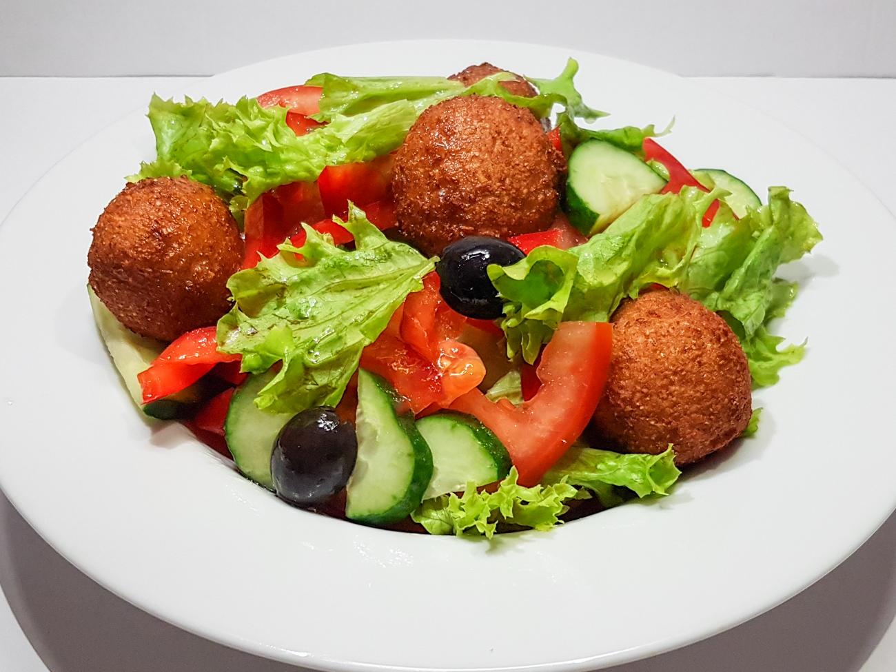 Овощной салат с фалафелем