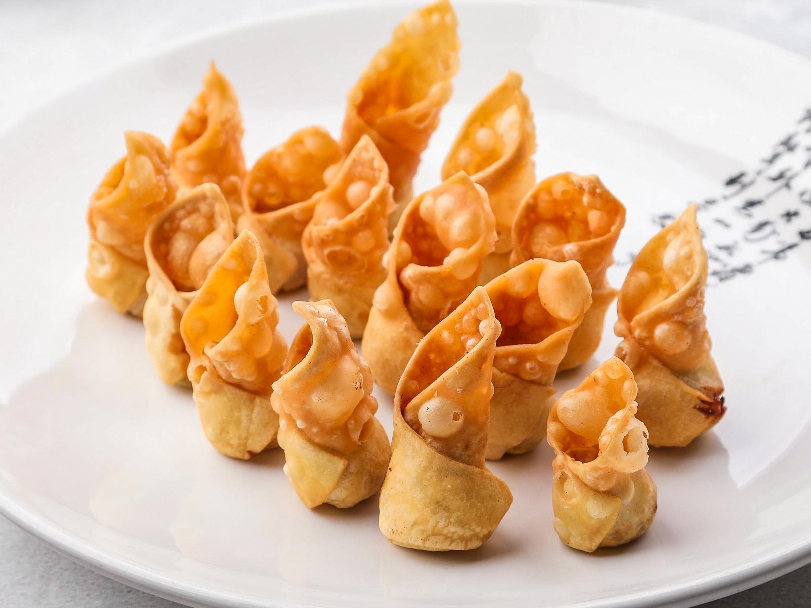 Жареные вонтоны с соусом сладкий чили
