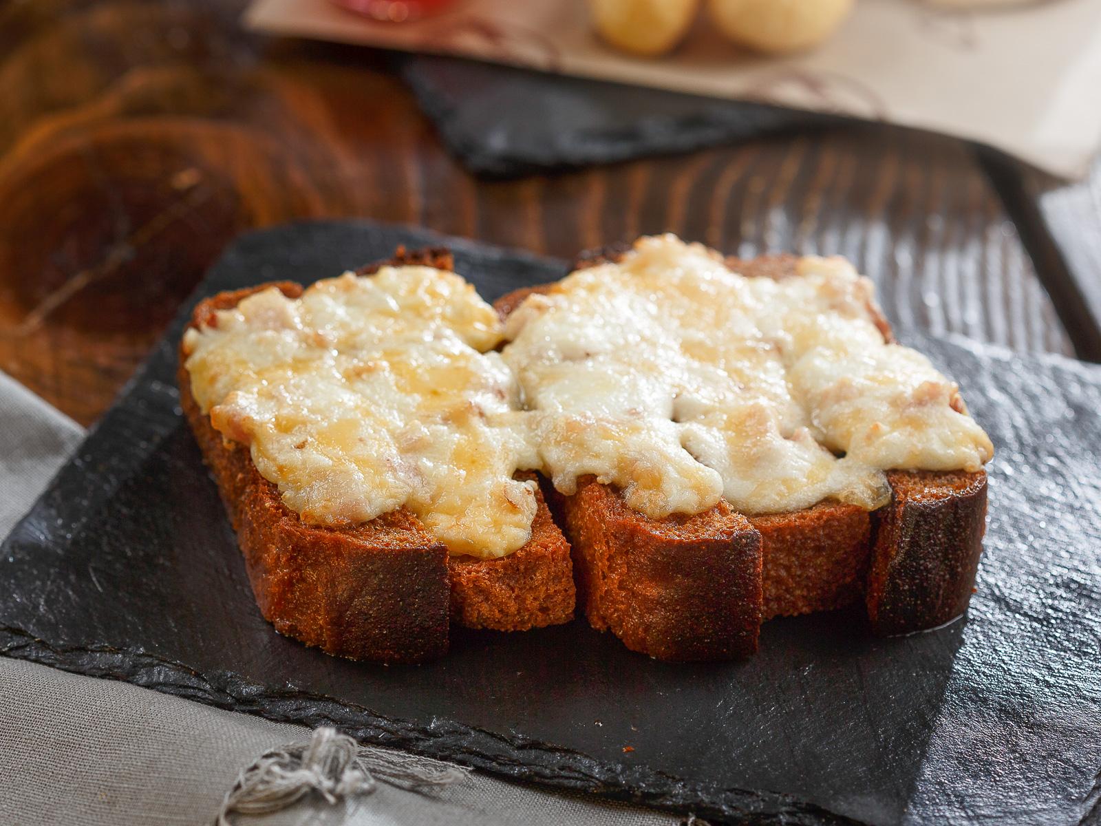 Гренки, запеченные под сыром