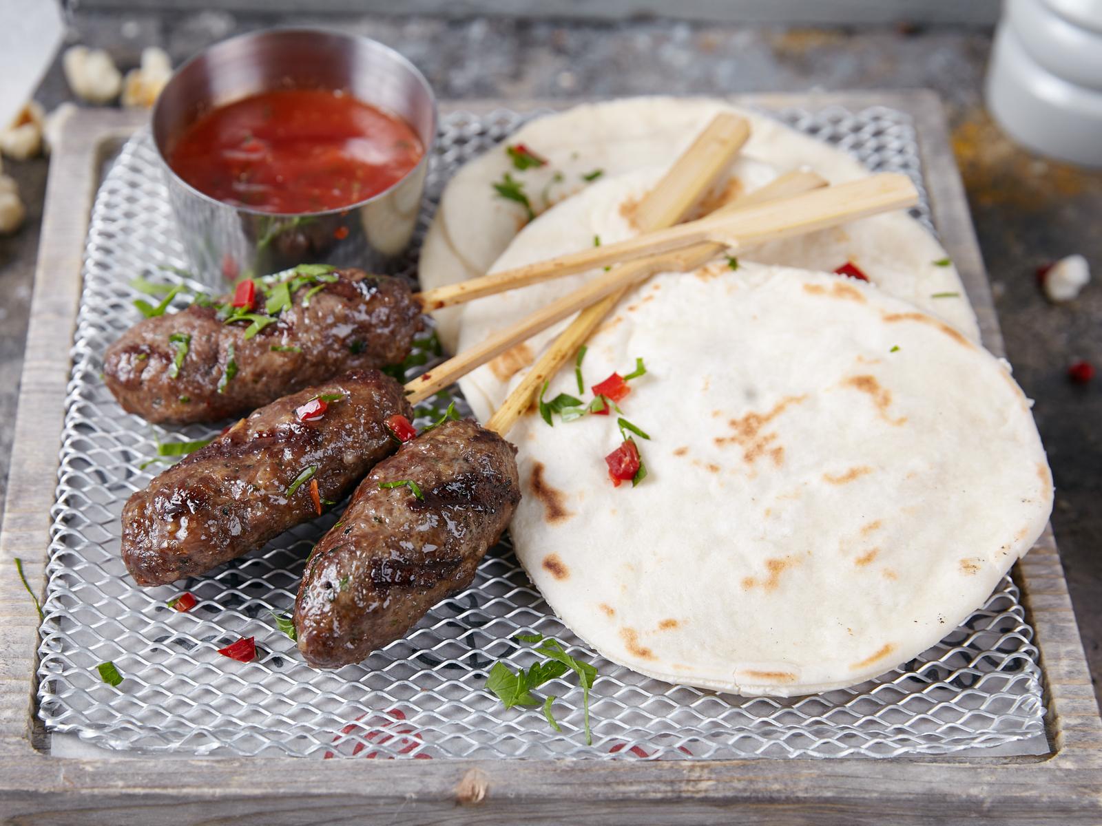 Кебабы из говядины по-турецки с пряным соусом и лепешками