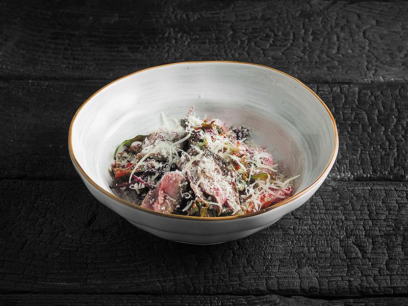 Салат с ростбифом, грушевым конфитюром и пармезаном