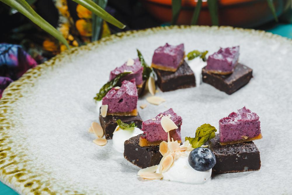 Шоколадный брауни с черничным чизкейком и хрустящей мятой