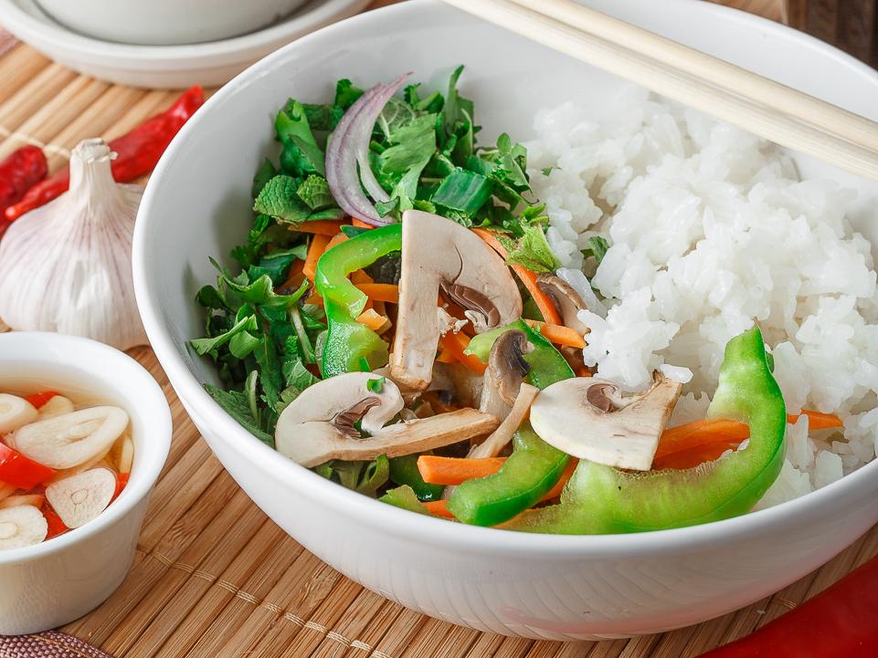 Рис с овощами и соевым соусом