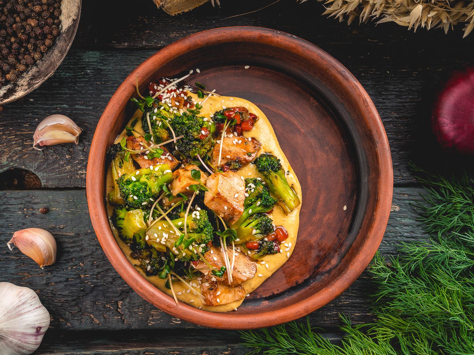 Соте из овощей и мяса цыпленка с ореховым соусом