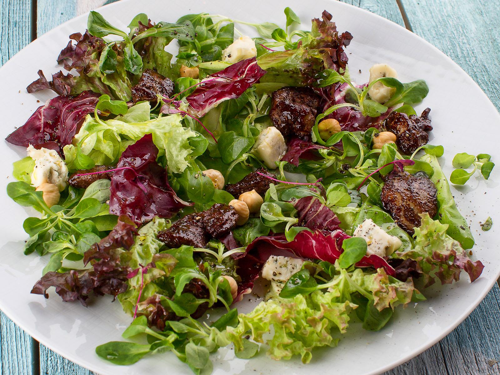 Салат с куриной печенью и вешенками