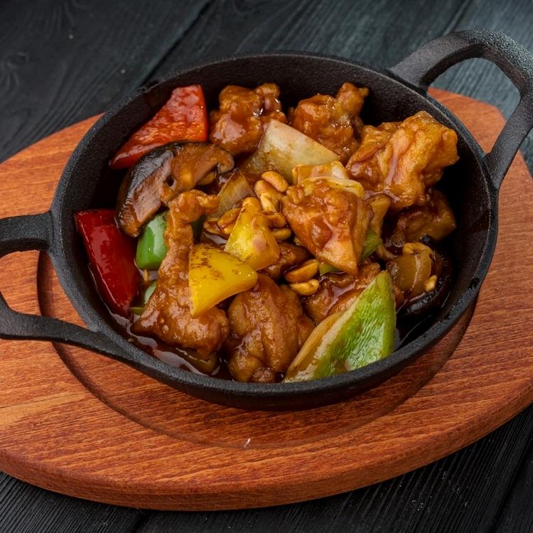 Курица Кунг Пао с арахисом и овощами