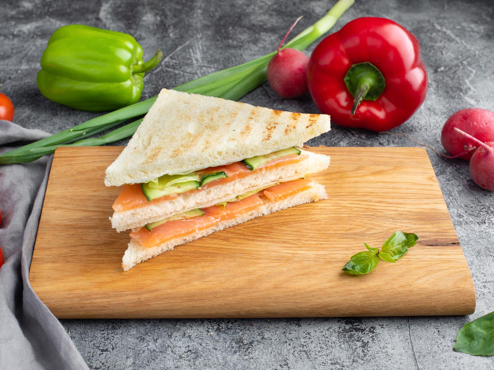 Сэндвич с семгой и филадельфией