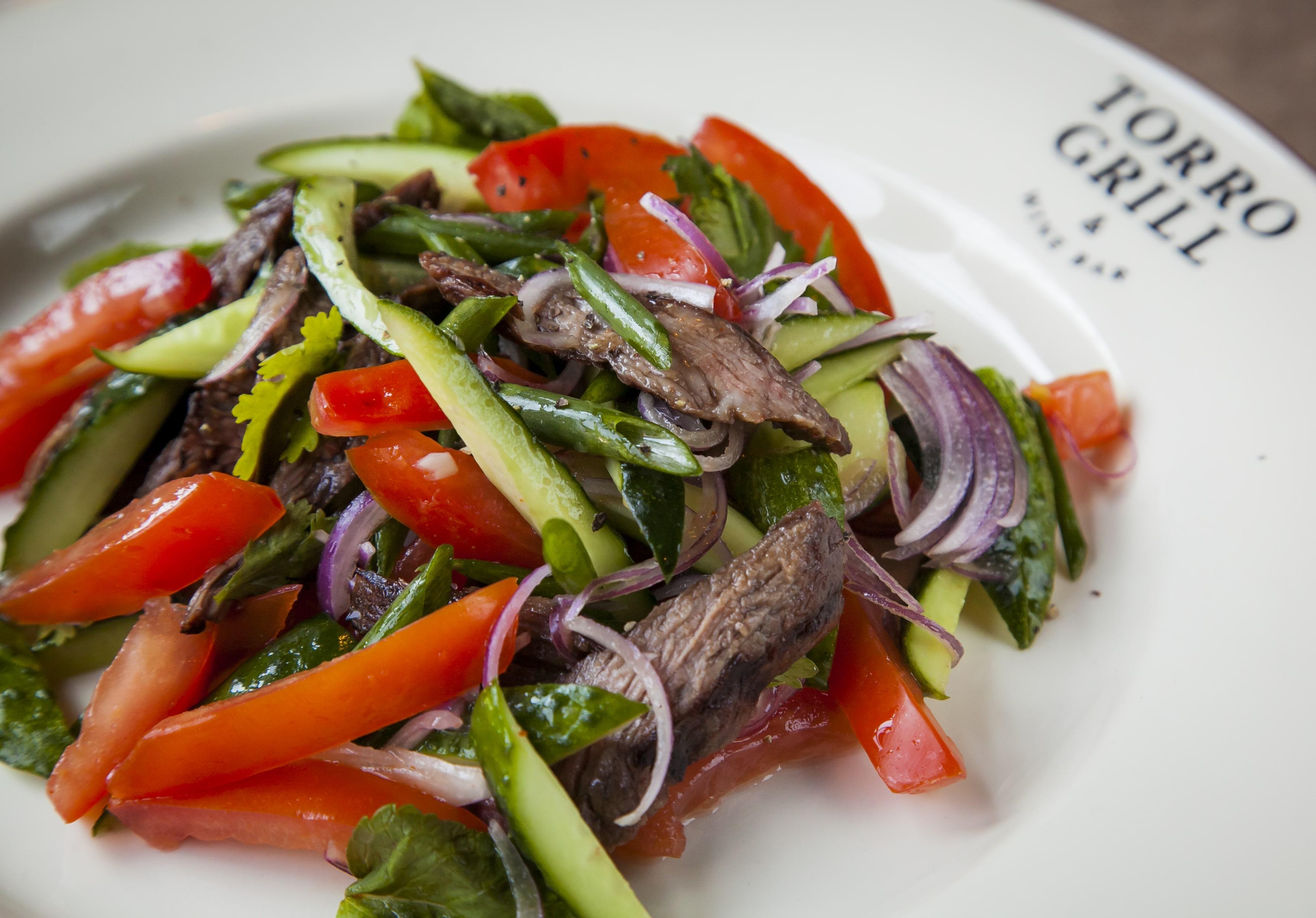 Острый тайский салат с говядиной
